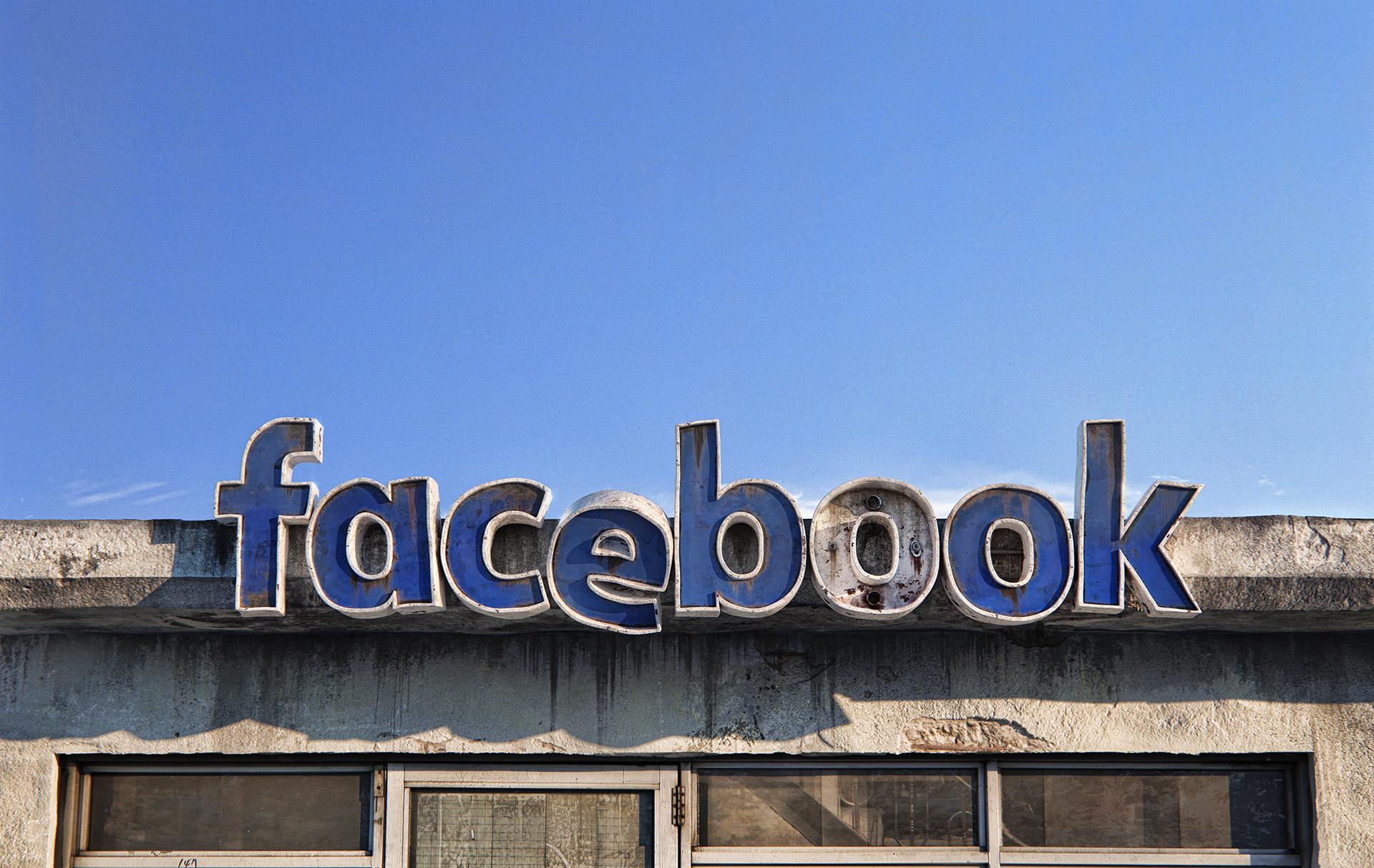Social Decay: il futuro è diventato vecchio